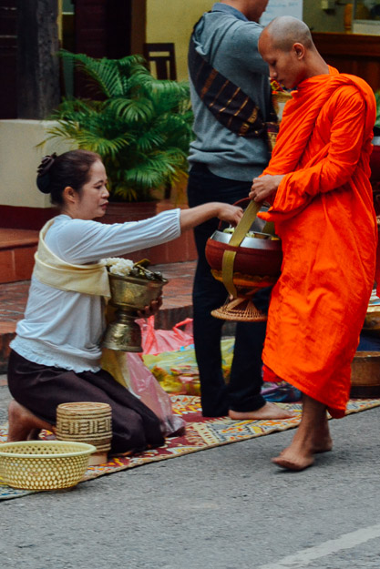 2015-11-22 alms giving luang prabang by Melissa Crossett (3 of 22)