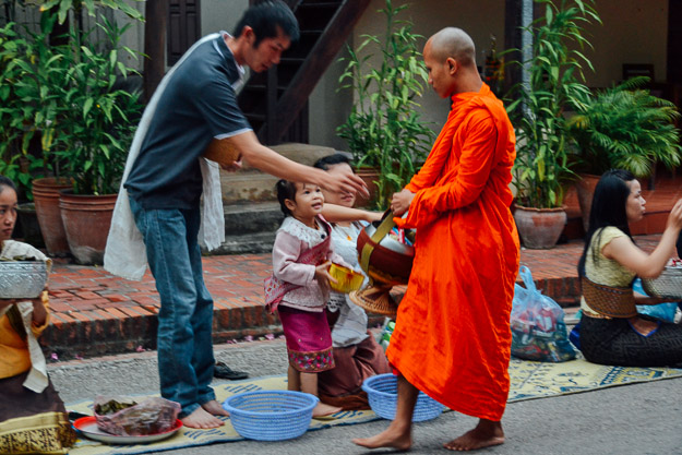 2015-11-22 alms giving luang prabang by Melissa Crossett (4 of 22)