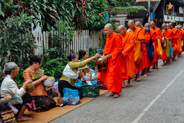 2015-11-22 alms giving luang prabang by Melissa Crossett (8 of 22)