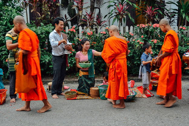 2015-11-22 alms giving luang prabang by Melissa Crossett (9 of 22)